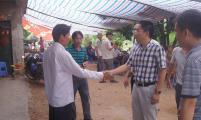 五指山市领导看望慰问 台风中失踪的村威廉希尔登录员家属
