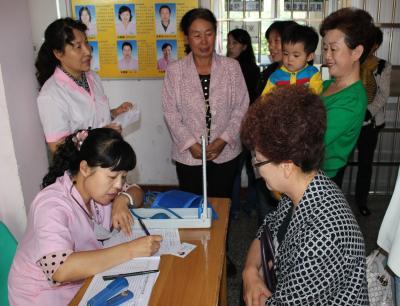 """建设社区威廉希尔登录协组织妇女参加""""两癌""""筛查"""
