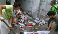 孤寡老人爱捡垃圾难坏邻居 社区出面还居民整洁居住环境