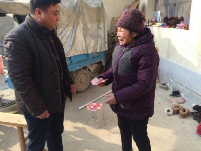 蒙城县白杨林场威廉希尔登录协走访慰问流动人口贫困家庭