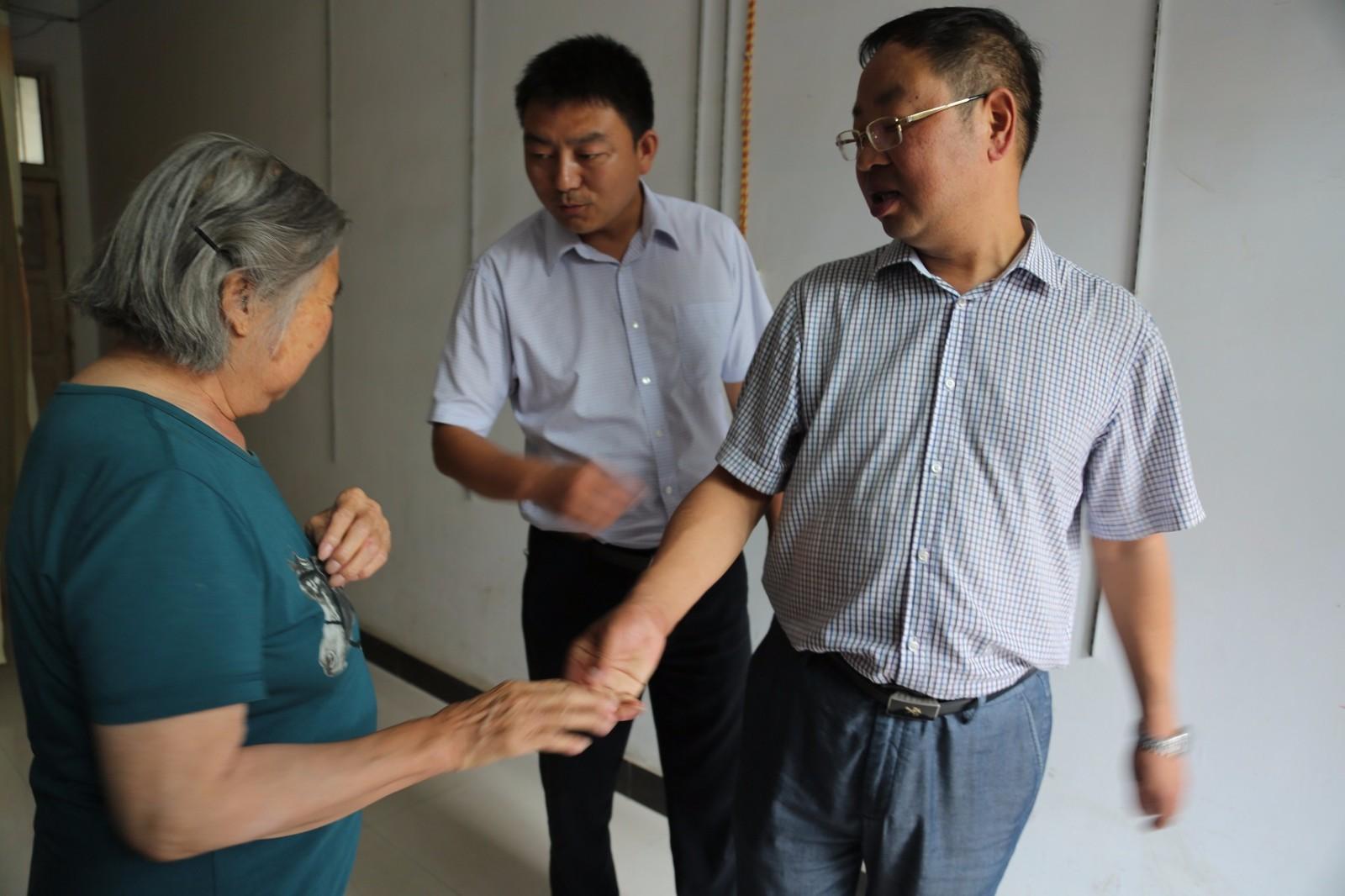 宁强县卫计局、县威廉希尔登录协为失独老人送去关爱-.jpg