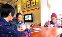 百岁老太爱玩字牌