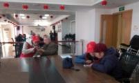 志愿者们亲上阵 教老人玩转手机