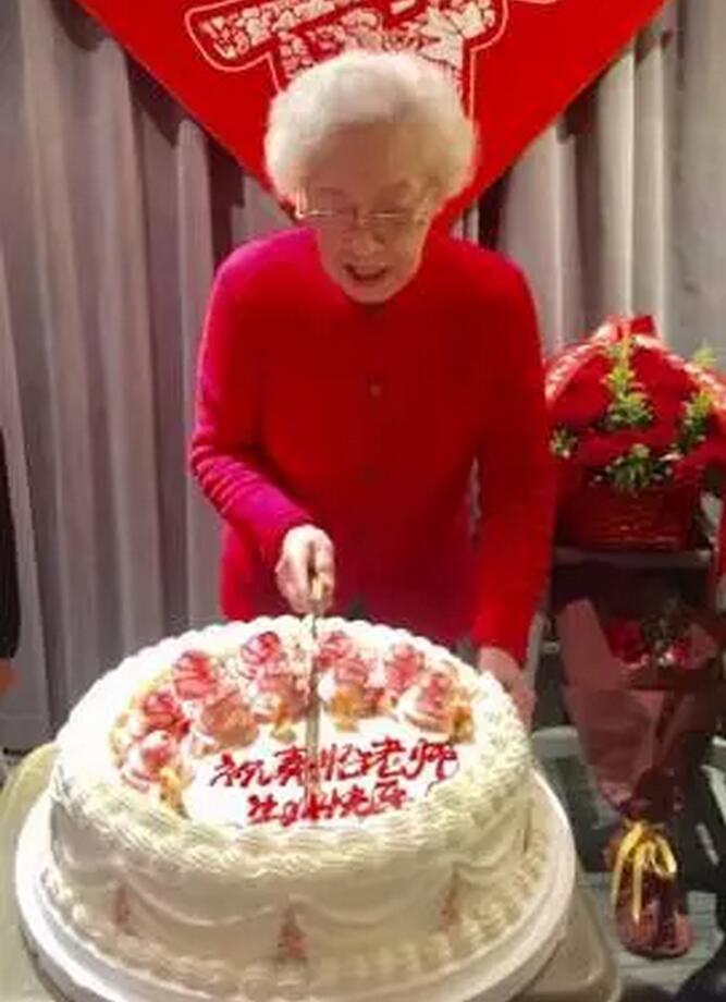 与秦怡老师七十六年后喜相逢-2017年正月新年秦怡在上海95岁生日宴上.jpg