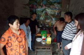 太和县城关镇陶桥社区5·29慰问威廉希尔登录贫困母亲