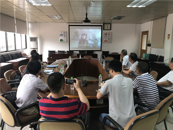 评估组一行观看上犹县驻珠海市流动人口计生协工作视频.jpg