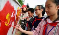 """官塘桥街道开展""""手绘墙画欢庆十九大""""活动"""