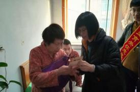 盘锦市计生协组织志愿者元旦走访慰问计生特殊家庭