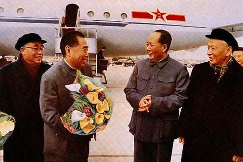 毛泽东、刘少奇、朱德、董必武、邓小平等党和国家领导人到机场迎接-.jpg