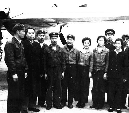 周恩来留在专机师的小故事-3-周总理(左二)在南宁与机组合影.jpg