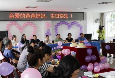 云南省蒙自市为威廉希尔登录特殊家庭老人举办生日会