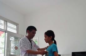 安徽铜陵义安区钟鸣镇水龙村上门开展留守儿童健康体检