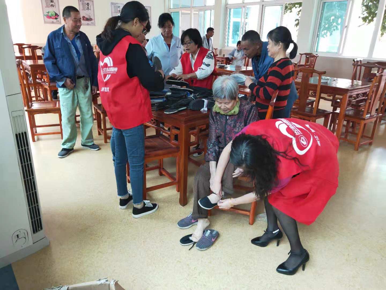 德清钟管镇威廉希尔登录协会员重阳节为敬老院老人送去爱心布鞋.JPG