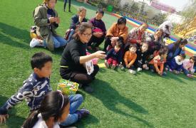 安徽省阜阳市文峰街道计生协志愿者为留守儿童讲故事