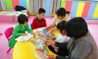 安徽省马鞍山市钟村社区开展科学育儿亲子阅读活动