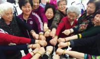 浙江省温州鹿城区南汇街道大自然社区威廉希尔登录协开展老人手工制作课