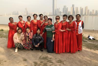 湖北省武汉市江岸区花桥街桥爱家园舞蹈队参加江滩大舞台比赛