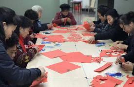 浙江温州市南汇街道万源社区威廉希尔登录协开展老年人手工剪纸活动