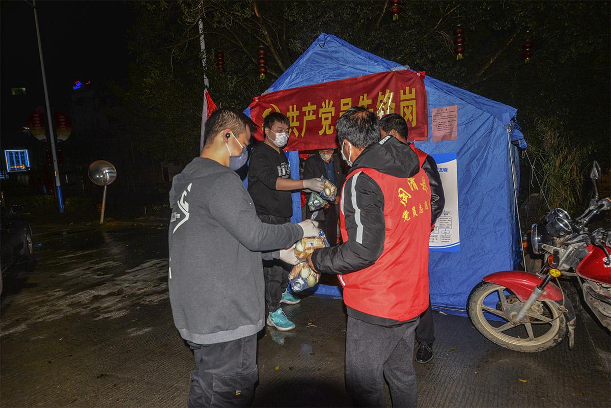 闽清县爱心人士向坚守东桥大箬村路口的志愿者送夜宵.jpg