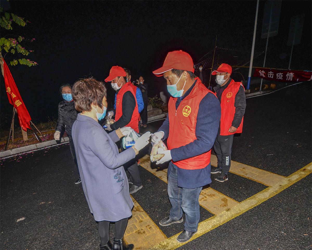 闽清县爱心人士向坚守南泉村路口的志愿者送夜宵.jpg