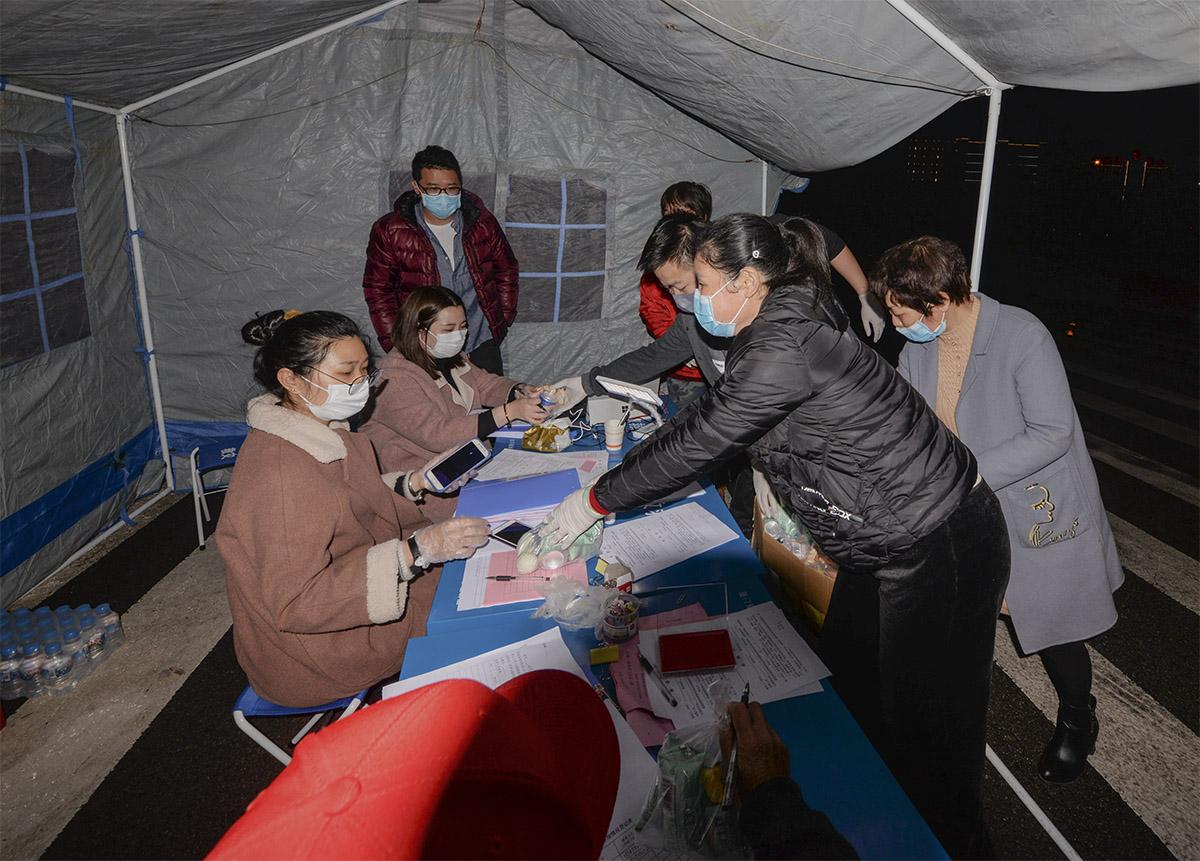 闽清县爱心人士向坚守在梅溪高速路的志愿者送夜宵.jpg