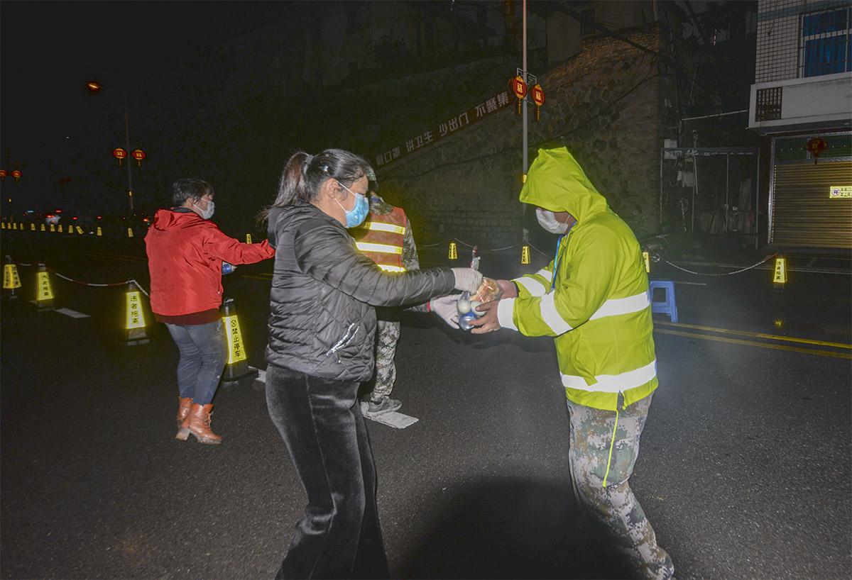 闽清县爱心人士向在溪口检查点坚守一线的志愿者送夜宵.jpg