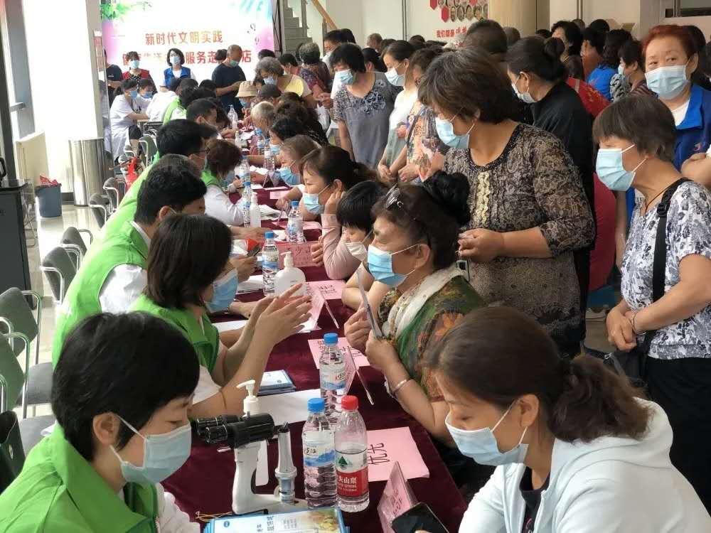 省级医院专家在中国计生协暖心家园项目点齐悦国际社区开展义诊活动现场2的副本.jpg