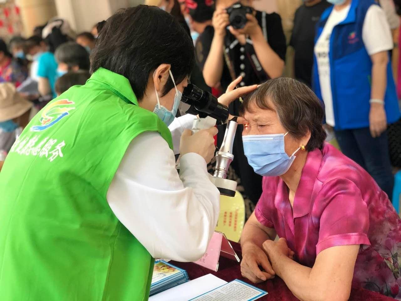 施尔明眼科医院专家在为群众做检查的副本.jpg